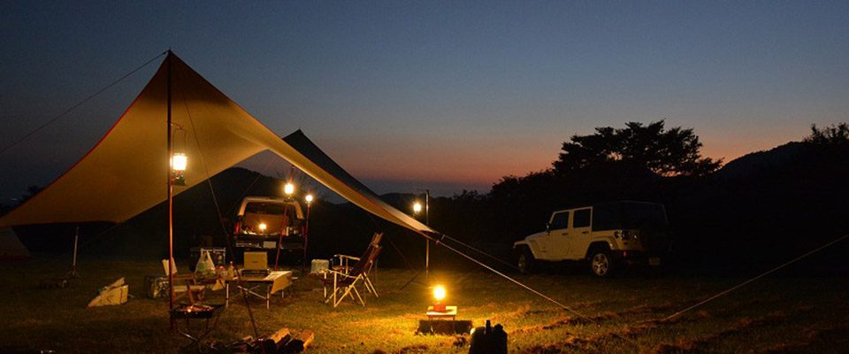 大草原の広がったキャンプ場で男ソロキャンプ